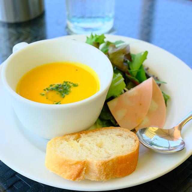 画像: セットにはサラダ、モルタデッラハム、スープがつきます。