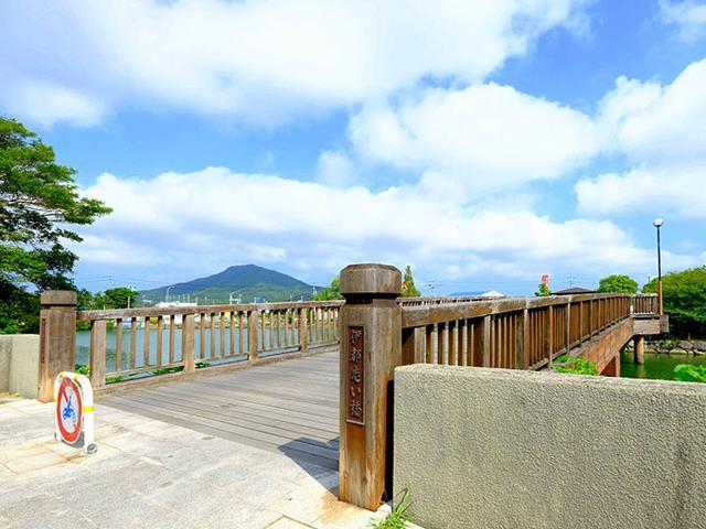 画像: 自転車にまたがり丸田池公園の伊都恋い橋を渡ります。快晴でした!