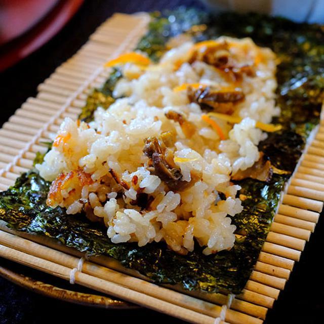 画像: 岩海苔と巻きすが。これで、さざえご飯の海苔巻きを作るのです。