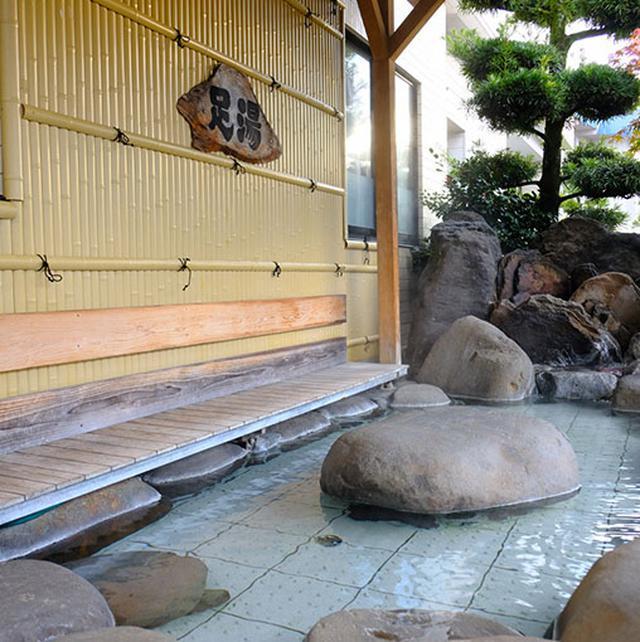 画像: 無料の足湯も気持ちがいいです。気軽に立ち寄れますよね。ここは旅館「菊池笹乃屋」の入り口にある足湯です。