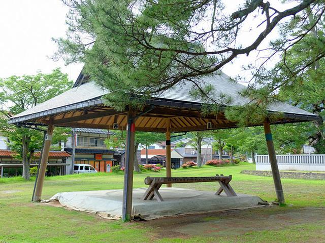 画像: 水若酢神社内の土俵。島にはあちこちに土俵があり相撲が盛んです。