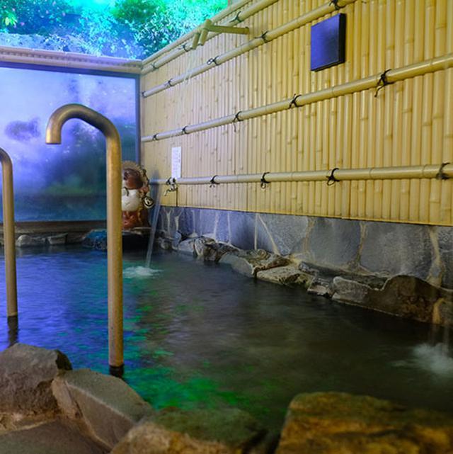 画像: 温泉は写真の露天風呂のほか、内風呂と樽風呂がありました。源泉は敷地内から掘削したもの。泉質は素晴らしいの一言!つるっつるのスベスベになります。