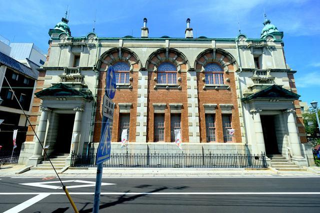 画像: 最初に訪問したのは「旧唐津銀行」。佐賀県では最も有名な近代建築が無料で拝観できます!