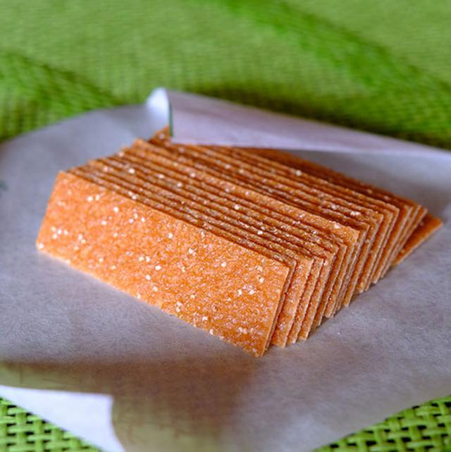 画像: こちらが松風。焼きたてでまだ包む前のものを試食させていただきました。とーっても薄い。和風ゴーフルと言えばいいでしょうか。シンプルな素材だけで作られ、けしの実の香ばしさが特徴です。