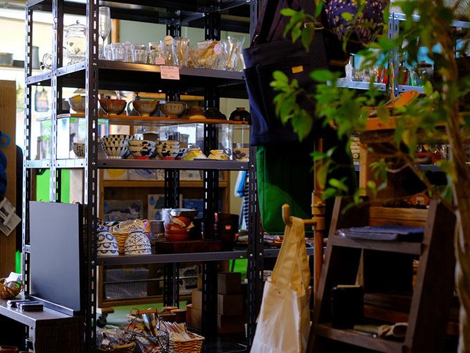 画像: 日常的な生活雑貨や、セレクトされた島根県の民芸や工芸品などがセンス良く並べられています。軽いものならアウトドア関係のウェアも揃うので、島に来て足りない装備を買い足すのもアリですよ。