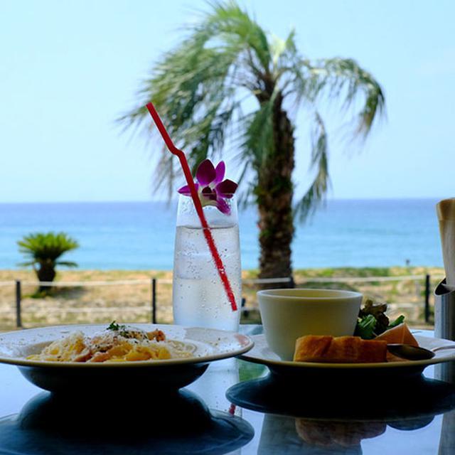 画像: まさに絶景。ここはビーチフロントレストラン「パームビーチ」です。