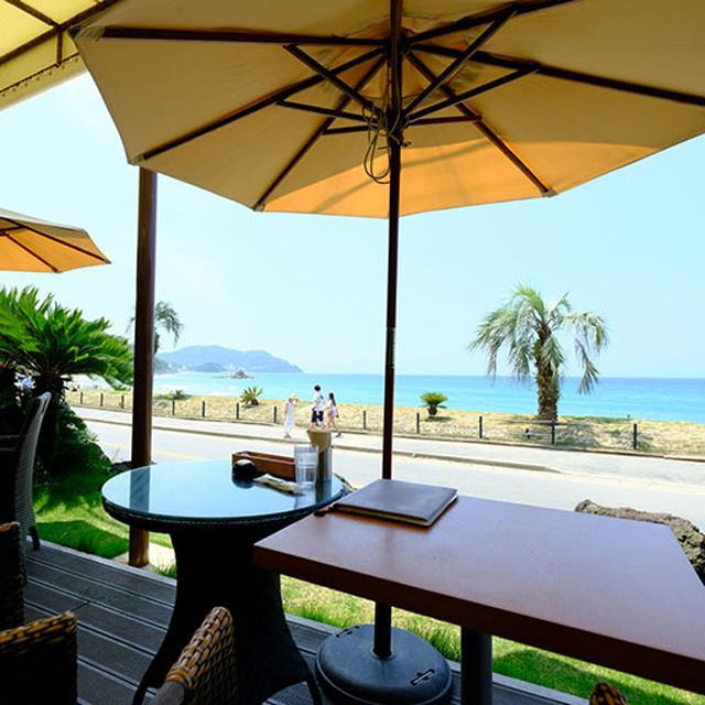 画像: 雰囲気はまさにビーチリゾート。店内もいいですが、せっかくですから海が見えるテラス席で。