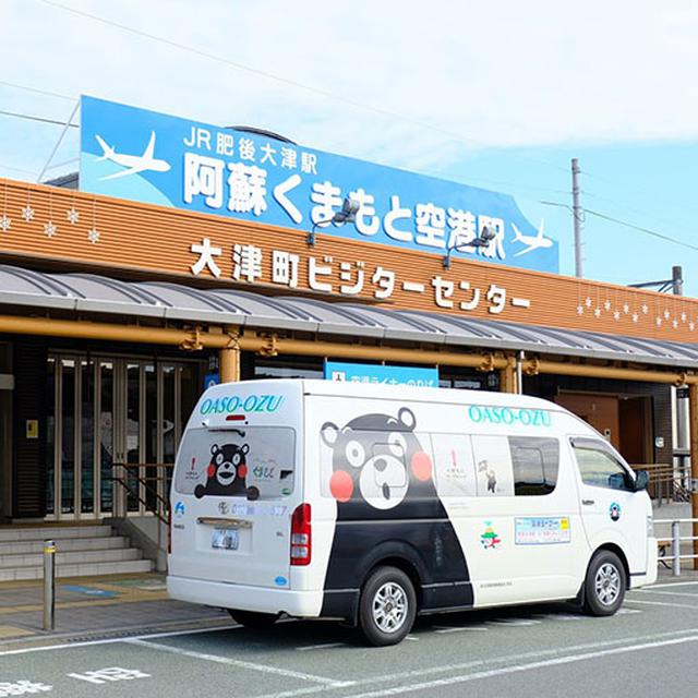 画像: 15分ほどで肥後大津駅到着。ビジターセンターもあり、熊本観光のハブ駅になっています。さて次のバス、菊池温泉行へ乗り換えです。南口から北口は、駅の線路を通過することが許されている!フリーパスになる通行書をもらえば通過可能です。