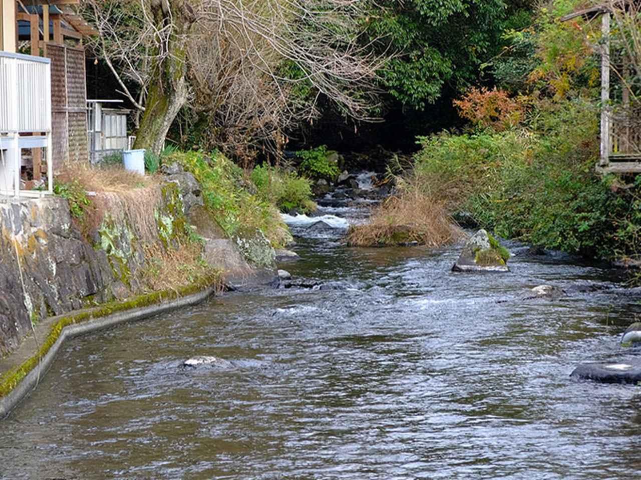 画像: 途中、川沿いの道がなくなり、少し回り込んでさらに先へ。
