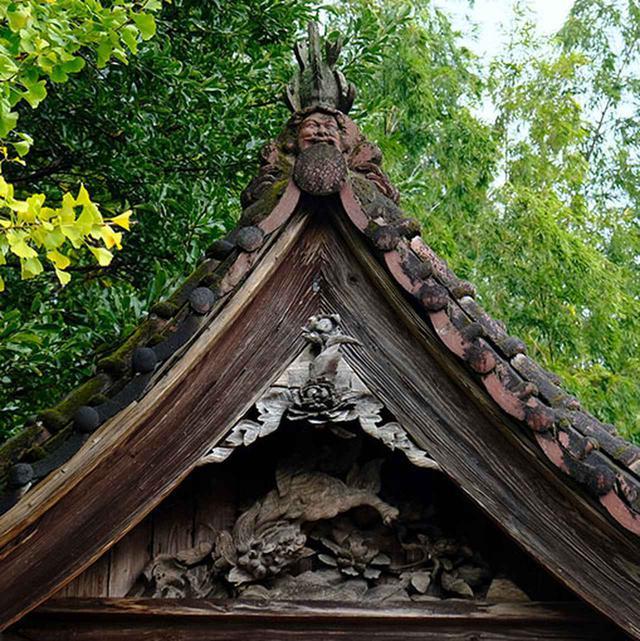 画像: 川沿いに建つ厳かな神社「東迫間菅原神社」です。