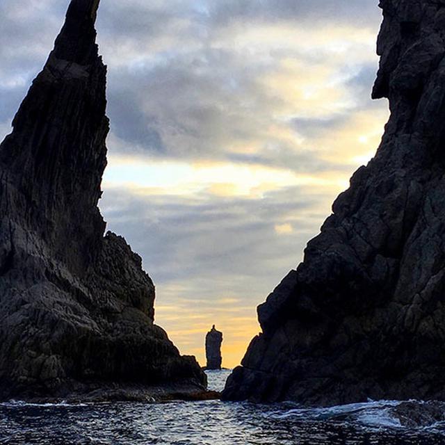 画像: ローソク島へ到着!信じられないくらいちゃんとローソクの形。夕日がぴったり芯のところに来るまで周辺を遊覧しながら待ちます。