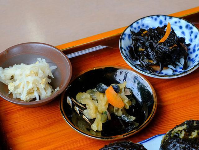 画像: 2つのおかずと1つのお漬物。お漬物はご近所で作られていて市販されていないという「どっさり漬け」10種類の野菜が入った漬物でした。ここでもやはり「あらめ」。ひじきのような味付けをしますがひじきよりも幅があり歯ごたえもある海藻です。