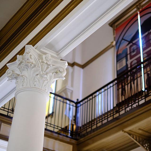 画像: 内装も外観の装飾に負けじとデコラティブ。