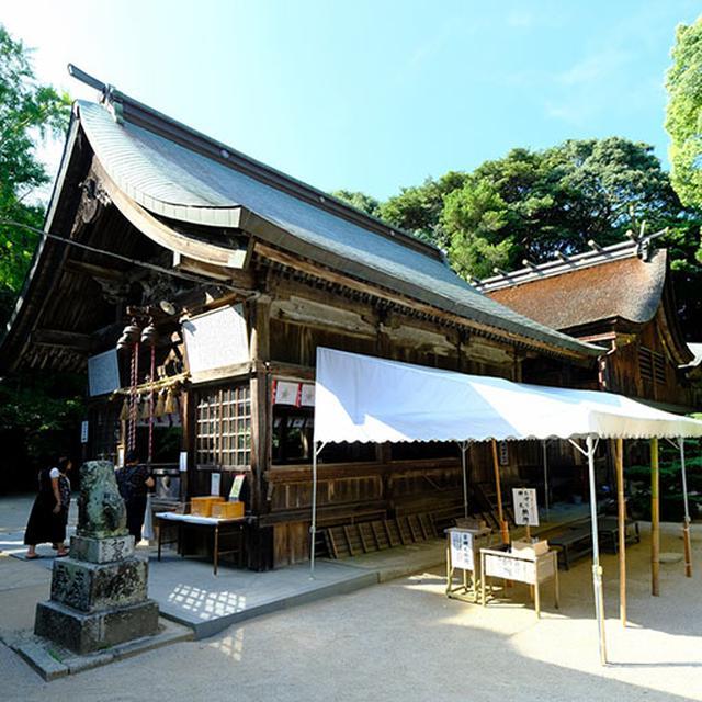 画像: 写真の左手前が拝殿、奥が本殿です。