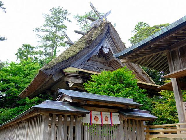 画像: 水若酢神社本殿。玉若酢命神社と同じく分厚い葺き方の「隠岐造」。かなり本殿の近くまで行けるのでじっくり見ることができます。