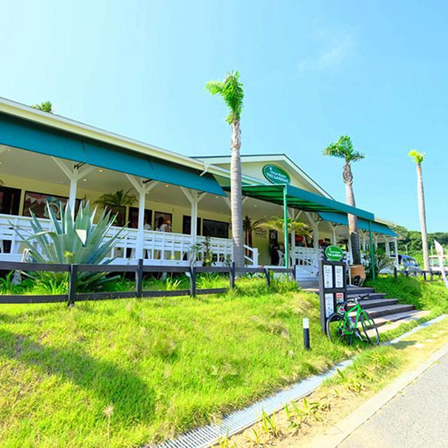 画像: すぐお向かいにある「パームビーチ ザ ガーデンズ」は複合施設で、海遊びに来た時にふらりと立ち寄れるカジュアルなスポット。