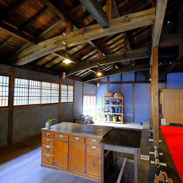 画像: 広い土間(台所)。思ったよりも寒々しくない台所でした。(邸宅内は特別な許可を得て撮影しています。)