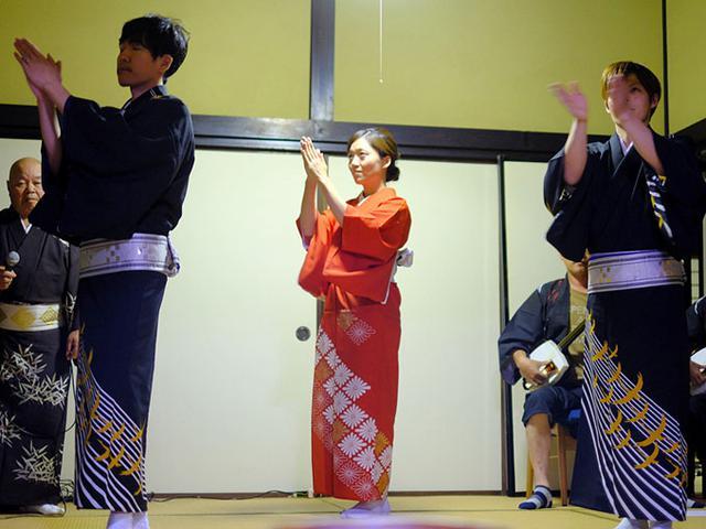 画像: 中村民謡研究会の皆様、隠岐しげさ節からスタートしました。アンコールまで応えてくださり楽しい夜となりました。