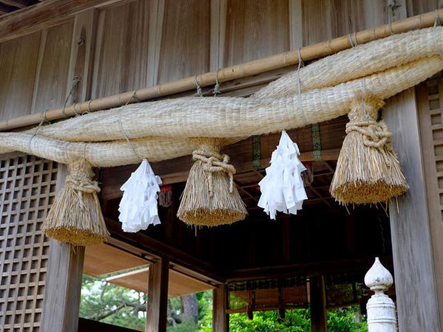 画像: 水若酢神社の屋根の葺き替えの際や、島の記念行事がある毎に開催され、夜通し300番の取り組みが行われます。島内各地域から力士を選出して行われるので、地域を背負っての真剣勝負です。