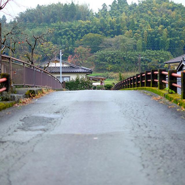 画像: 実際に橋を渡ってみると舗装された普通の橋。しかし渡るときはちょっとドキドキします。
