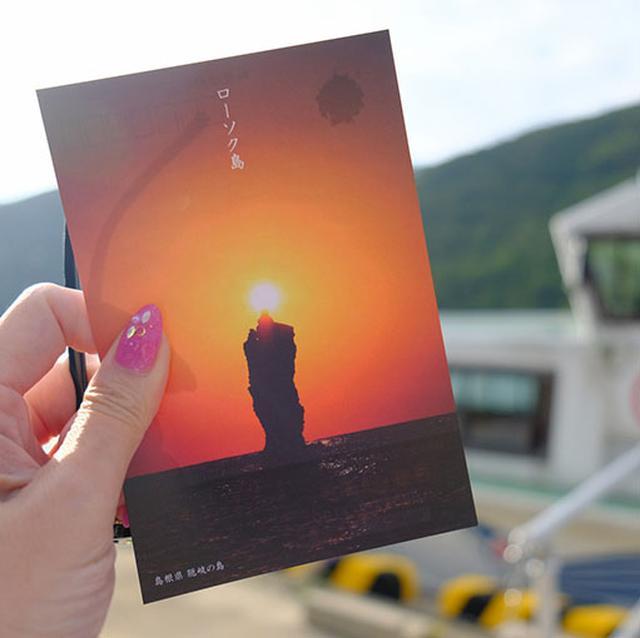画像: 海の真ん中にそびえる奇岩、ローソク島を観に行きます。夕日が重なるとこんな感じで火が灯ります。