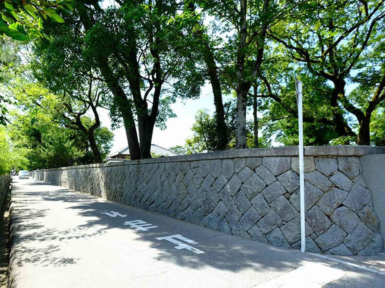 画像: 「旧高取邸」、このあたりだなと思って歩いていたら、なんとも長ーい塀が続いています。広いお屋敷の予感。