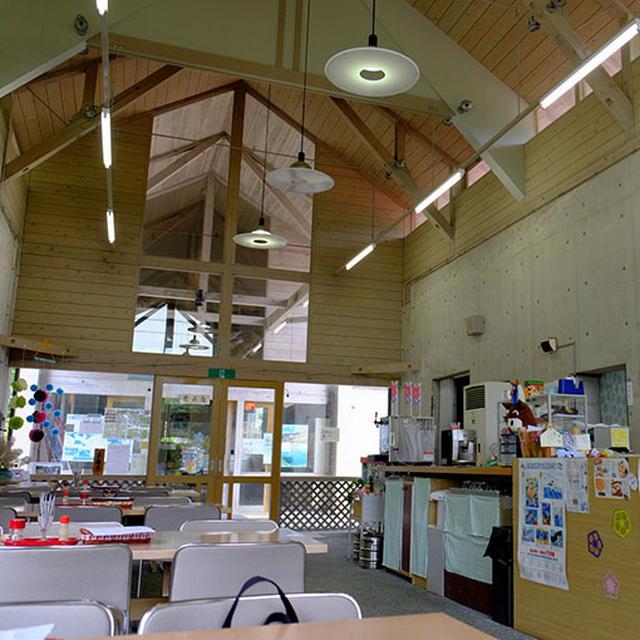 画像: 食事ができるスペース、広い!天井も高くて気持ちがいいです。