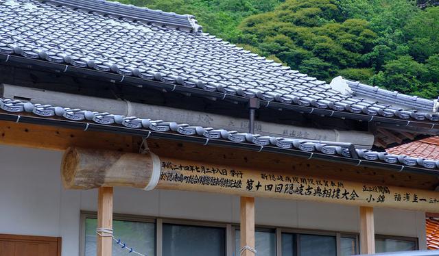 画像: 民宿井の本の玄関軒下には大きな柱が2本。これは「隠岐古典相撲」での最高位・大関になった証。こちらでは2代にわたって大関を出したお宅なんですね。