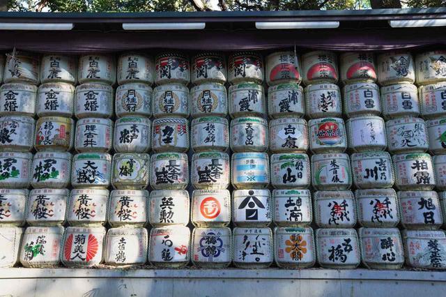 画像1: つい眺めてしまう、各地から奉納された日本酒とワイン
