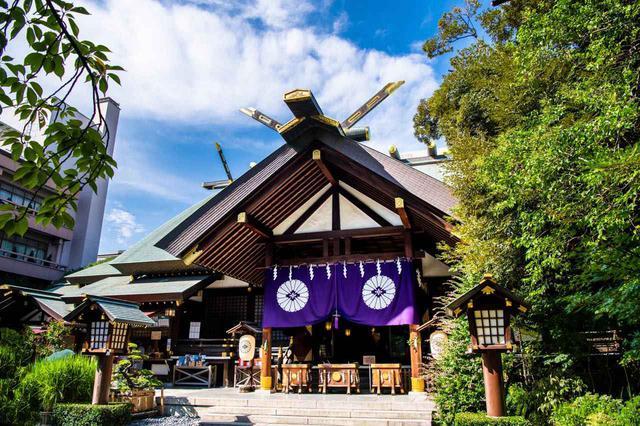 画像: E-1「東京大神宮」で恋愛成就を祈願する