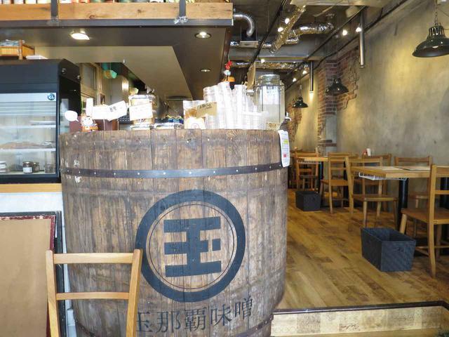 画像: 実際に会社で使用されていた木桶も飾られた店内。味噌の良さが随所に表現されている
