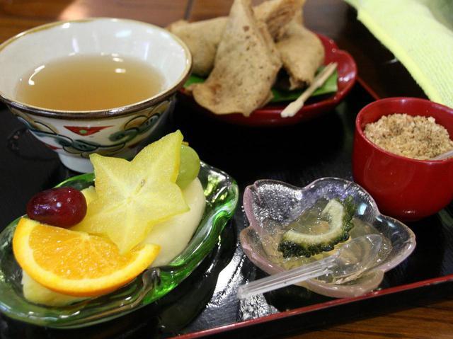 画像: ぶくぶく茶は1200円で、沖縄伝統の御菓子や季節の果物などもたくさんつき、大満足