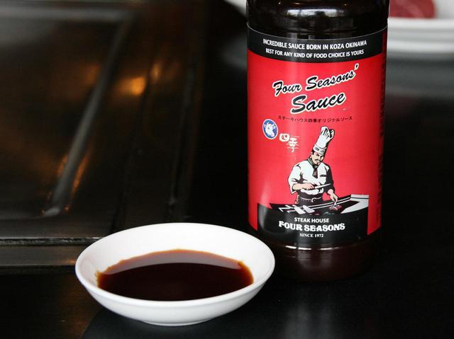 画像: 醤油ベースで少し甘めの味でフルーティーでさっぱりとした味わいのオリジナルソース。販売もしている