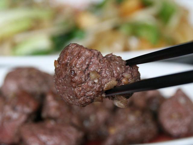 画像: 柔らかくて旨みのある牛ヒレステーキ。塊が目の前で焼かれてカットされていく光景も楽しく、美味増幅
