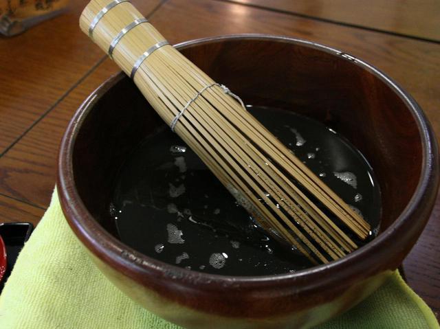 画像: 大鉢に入った煎米湯が、大きな茶せんと共に登場。これを自ら泡立てるスタイル