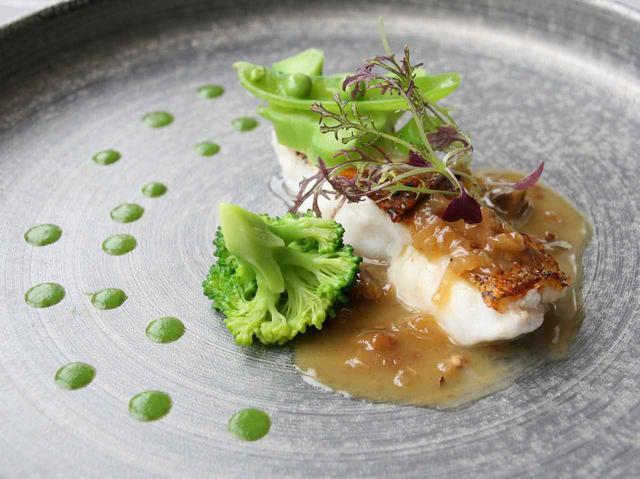 画像: 沖縄の食材、白身の良さを活かした黒ミーバイのポワレ。ベルモットを使用したソースでハーブ的な風味も