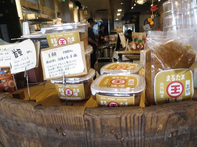 画像: 店内では、国産大豆使用の米味噌「王朝」を始め、数種の「玉那覇味噌醤油」の味噌を販売している