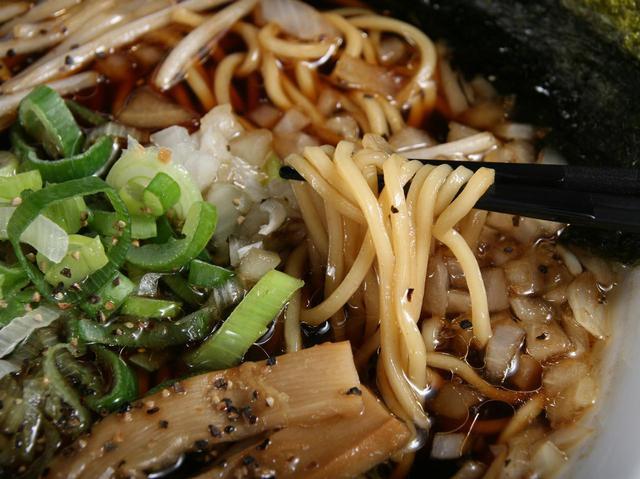 画像: ツルリとした口あたりでのど越しも良いストレート麺。他に「あっさりとんこつ醤油」「塩」「味噌」なども