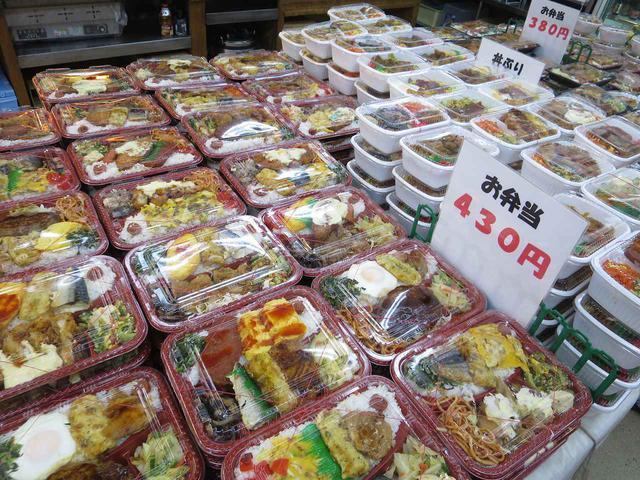 画像: お弁当は430円、380円、300円、180円と大きさによって種類がある。手づくりの良さが光る