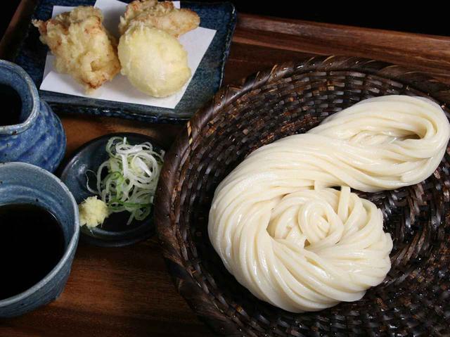 画像: 親子天ざる950円。うどんの纏め方も素敵で、料理の美しさも。藍色の器にもこだわりが