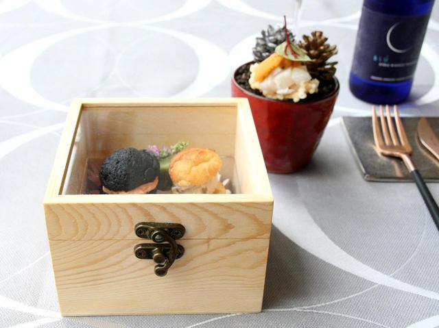 画像: アミューズ。北海道産ホタテ&ウニや、サーモンをサンドした竹炭&蕎麦粉のガレットなど細部にも真剣さが