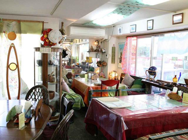 画像: 1階は健康系販売コーナー、2階はテーブルが並び、ぶくぶく茶などが堪能できるスペースに