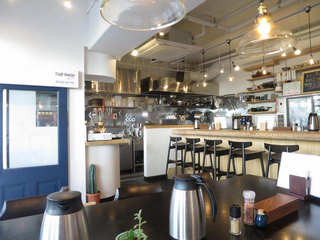 画像: うどん店というよりダイニングレストラン的な雰囲気。内装などは東京の知り合いが手がけたそう