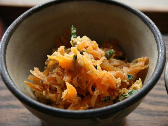 """画像: 自家製味噌漬けの漬物や、小皿もつく。今回の小皿は沖縄名物の""""にんじんしりしり"""""""