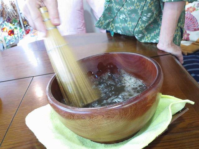 画像: 初めてだと難しくお手本を見せていただく。湯の表面を素早く泡立てるのがポイント