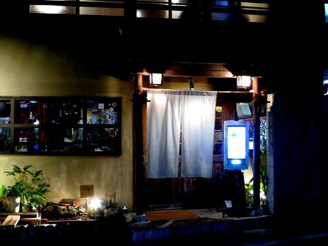 画像: 築約50年の古民家をリノベーション。木目を活かした温かみのある店内と、おもてなし