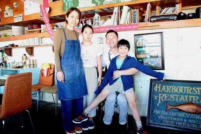 画像: アットホームな雰囲気満載の岡さん家族。沖縄ならではの、のびのびとした空気感がいい
