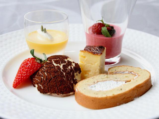 画像: 15種類の中からフランポワーズ、かぼちゃのプリン、ティラミス、バスクチーズケーキ、紅茶ロールケーキを