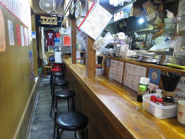 画像: 昭和の懐かしさただよう店内。1階はカウンターで、2階はお座敷になっている。実は旅館を改装している