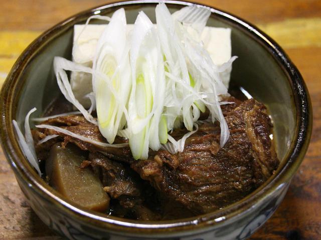 画像: 石垣牛の煮込み 390円。じっくりと石垣牛を煮込んだ一品。リーズナブルなのも嬉しい